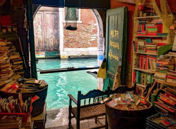 acqua alta bookstore