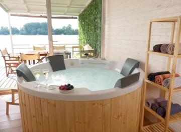 This Houseboat Airbnb In Belgrade Has An Onboard Hot Tub And Is Just $23 A Night