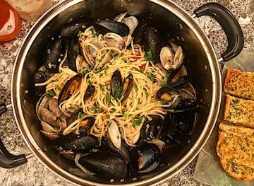Get Your Garlic Bread Ready For Dipping With This Linguine And Clams Recipe