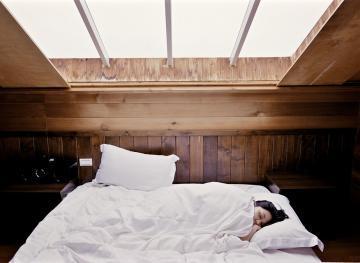 sleeping with earplugs safety